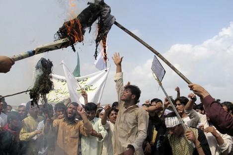 Afghans burn an effigy of U.S. President Barack Obama