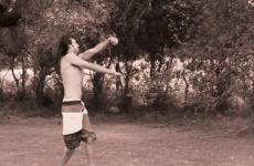 VIDEO: This is how men throw with the other hand