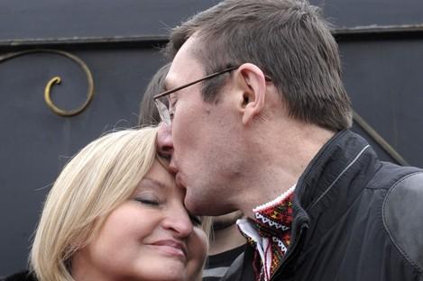 Former Ukrainian Interior Affair Minister Yuri Lutsenko kisses his wife Irina outside his prison, Sunday, April 7, 2013.