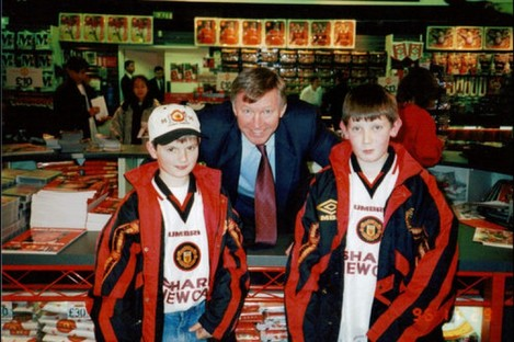 Alex Ferguson poses for a picture with James Phelan and his friend.