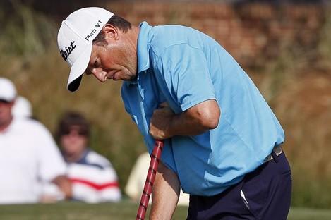 Tim Clark anchoring his putter.