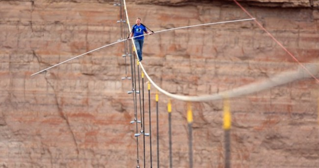 Video: US daredevil walks over Grand Canyon on tiny tightrope