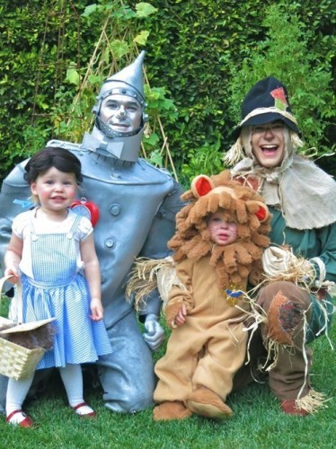 Halloween is coming up here soon. With that, I'll post my favorite Halloween family portrait ever. - Imgur