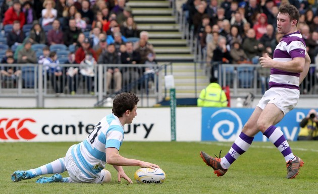 Hugo Keenan goes over for a try