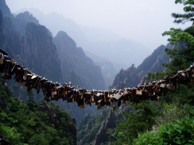4375524-love_locks_huangshan