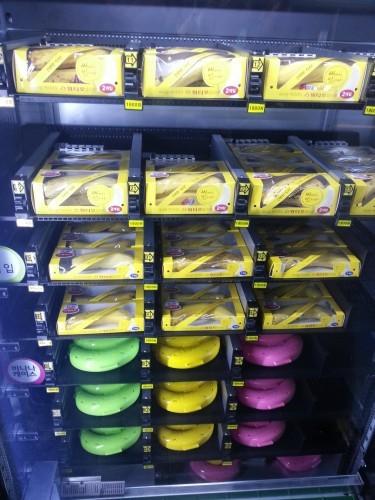 This vending machine only sells bananas. - Imgur