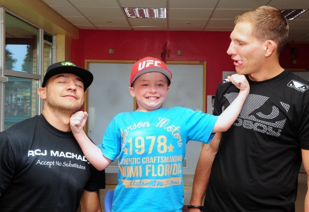 It?s a knockout! UFC stars pay a surprise visit to patients at the National Children?s Hospital, Tallaght. Cub Swanson and Luke Barnatt are pictured with Charlie Murphy (7 years old) from Wicklow.