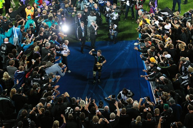 Richie McCaw shows off the Webb Ellis Cup to the crowd 23/10/2011