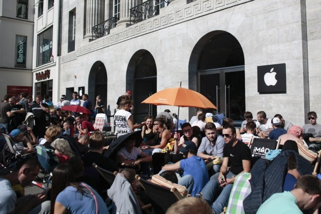 hundreds-line-up-in-front-of-an-apple-store-in-central-berlin-germany