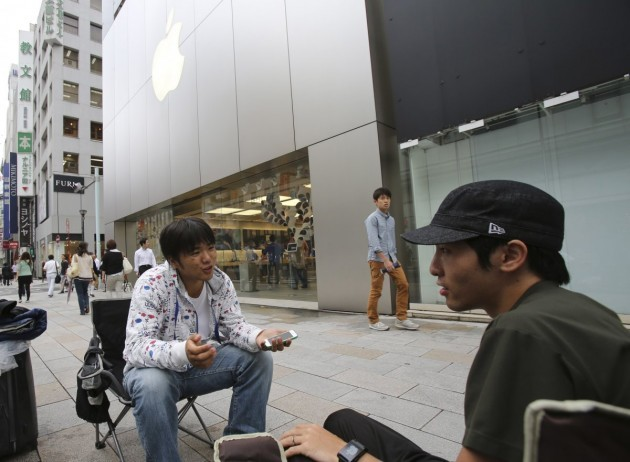 these-two-men-have-been-waiting-a-full-week-outside-an-apple-store-in-tokyo-japan