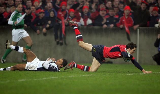 Barry Murphy scores Munster's 3rd try despite Jason Robinson's best efforts 21/1/2006