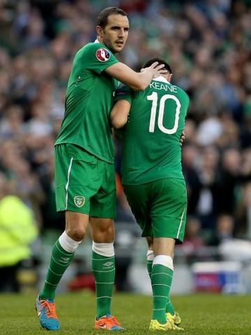 Robbie Keane hands over the captaincy to John OÕShea