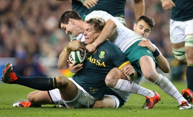 Jonathan Sexton and Conor Murray tackle Jean de Villiers