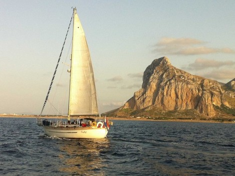 plan-a-romantic-getaway-on-this-sailboat-in-italy