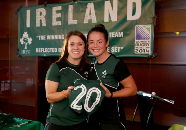 Lynne Cantwell presents the jersey to Larissa Muldoon