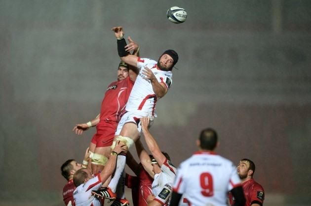 Dan Tuohy beats George Earle to the line-out ball