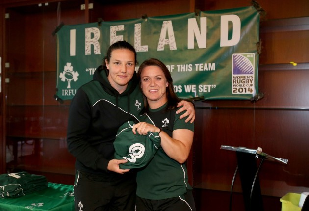 Lynne Cantwell presents the jersey to Paula Fitzpatrick