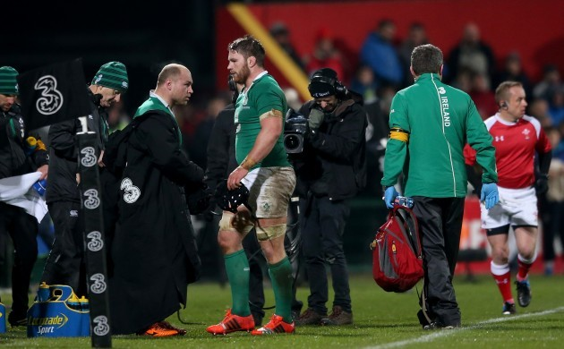 Richardt Strauss congratulates Sean O'Brien as he leaves the field
