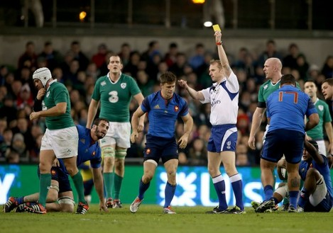 Wayne Barnes gives Rory Best a yellow card