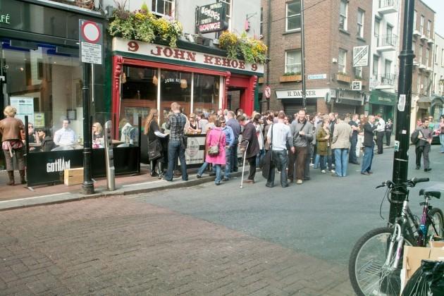 DUBLIN PUB - LARGE CROWD