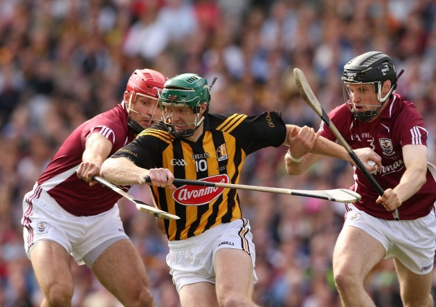 Henry Shefflin tackled by Iarla Tannian and Kevin Hynes