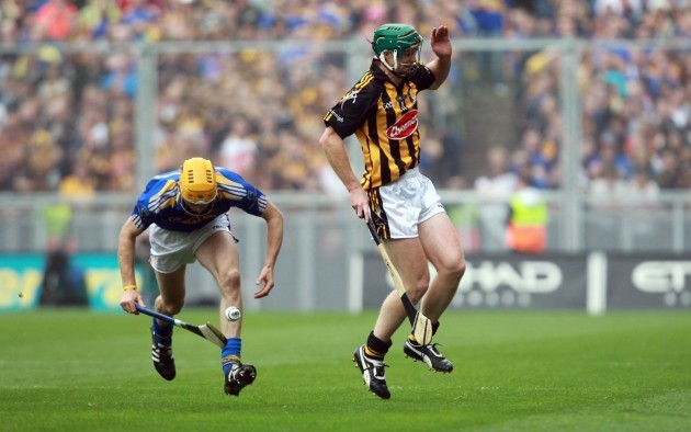 Henry Shefflin pulls up with a knee injury in the first half