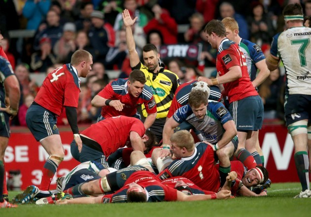 Leighton Hodges awards Munster their second try