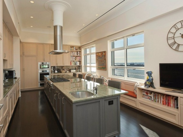 the-home-features-an-eat-in-chefs-kitchen