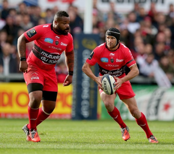 Matt Giteau supported by Mathieu Bastareaud