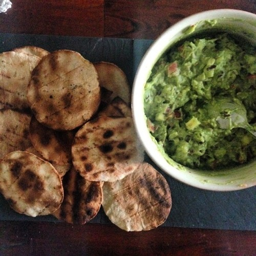 Started of our Mexico-Meets-Midlands Easter Dinner: Fruity guacamole with barbecue made tortilla chips at @oldefarm