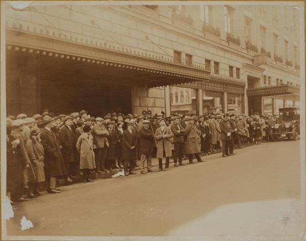 customers-lined-up-outside-saks-fifth-avenue-in-the-1920s
