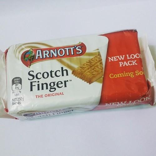 #ARNOTTS#SCOTCHFINGER #아침부터과자먹다 #12시전이니깐아침이라할래 호주에서 사온 과자 아직 남아있다.. 도대체 얼마나 산거래ㅋ 아침부터 과자를 #아그작아그작 깨물어먹으며 #자수 해야지.. #아침부터과자가먹히냐이래