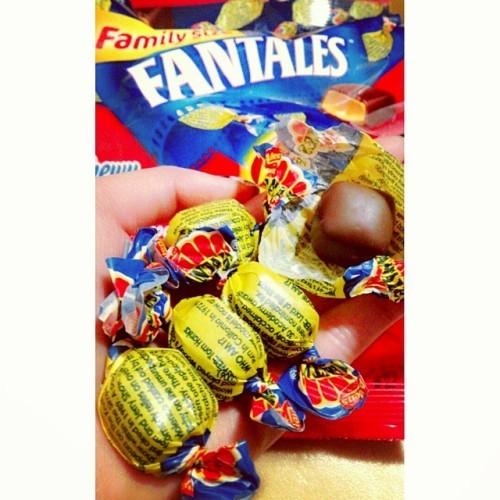 알렌즈 팬테일즈!!! 초코속의카라멜 진짜 맛있다!! 50개가 넘게들어 있어서 봉지 보니 패밀리사이즈 를 보내주신 남친님!!!)