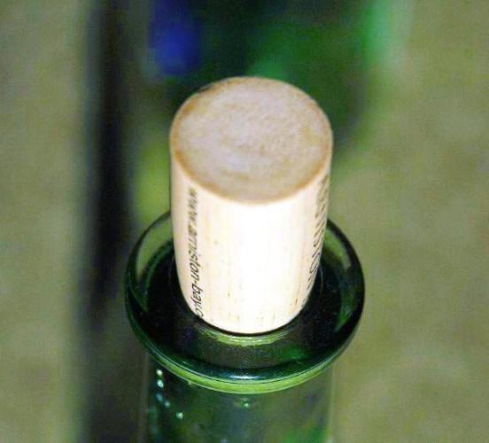 Synthetic_Cork_in_bottle