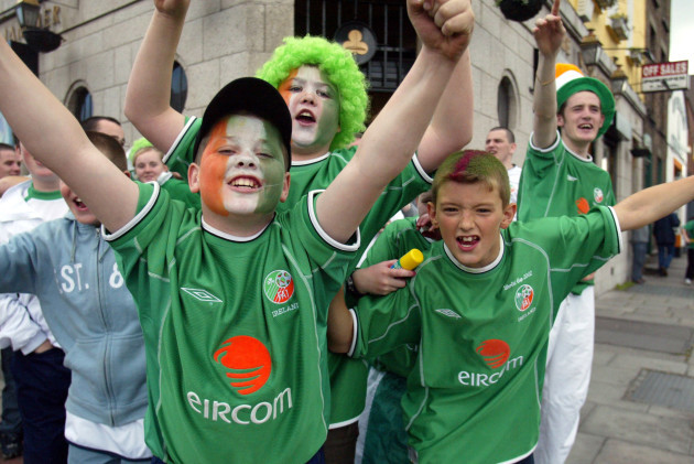 WORLD CUP JAPAN SOUTH KOREA 2002 PEOPLE CHILDREN HATS FACE PAINTING CROWD SCENES CELEBRATIONS