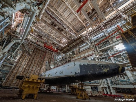 on-the-ground-floor-mirebs-grabbed-some-incredible-shots-of-the-underbelly-of-the-shuttles-which-are-lined-with-black-tiles-that-act-as-a-protective-heat-shield