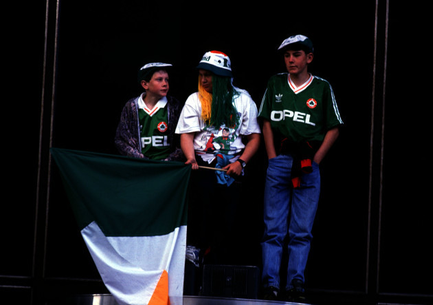 IRISH SOCCER FANS AT THE ITALIA 90 HOMECOMING IN DUBLIN WORLD CUP IN IRELAND PEOPLE IRISH TRICOLOUR FLAGS YOUNG CHILDREN