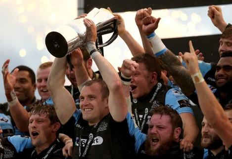 Al Kellock lifts the Guinness PRO12 Trophy