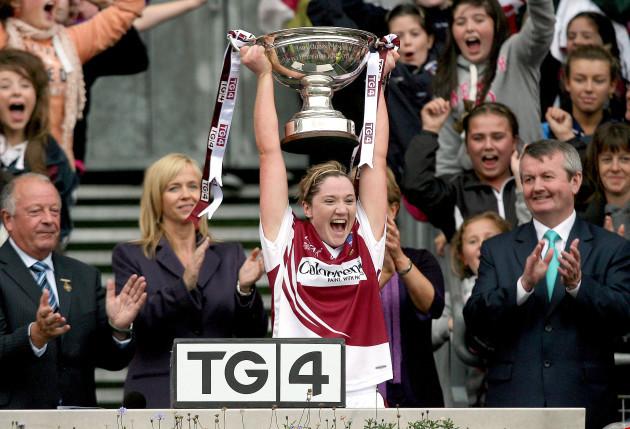 Elaine Finn lifts the trophy
