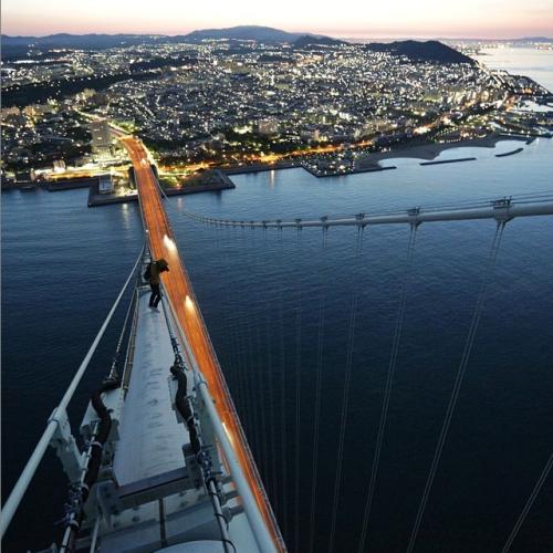 this-photo-was-taken-at-the-top-of-japans-akashi-kaikyo-bridge-the-worlds-longest-suspension-bridge
