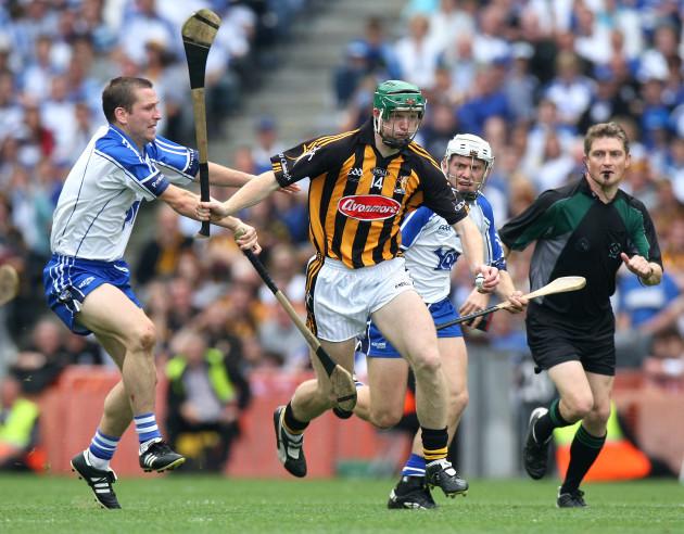 Henry Shefflin tackled by Ken McGrath and Stephen Molumphy