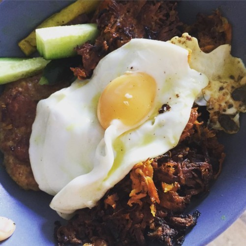 Sweet potato hash browns with sausage, carrots, courgettes, cucumber and a fried egg. #paleo #hashbrowns #grainfree #glutenfree #friedegg #yum #instayum #cleaneating #healthyeating #guthealing #realfood #jerf