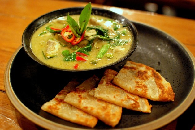 Thai_green_chicken_curry_and_roti