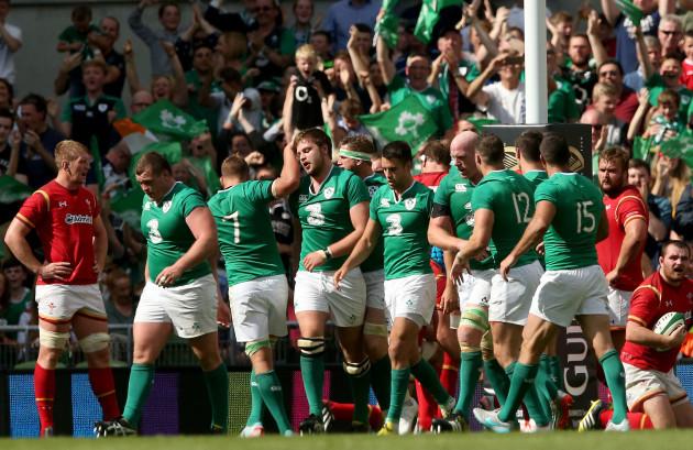 Iain Henderson celebrates scoring his try