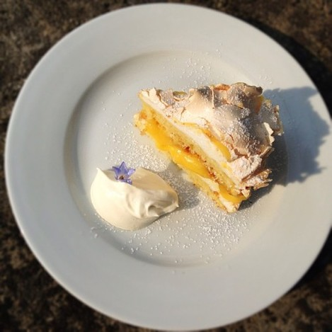 A expressão perfeita de Pornfood: a tarte de limão merengada dos Glebe Gardens, em Baltimore. Para os anais   Real porndessert: Lemon curd meringue tart at Glebe Gardens, Baltimore.