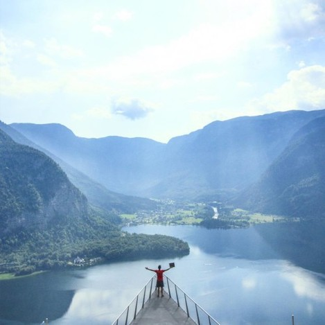 21 724km // Hallstatt // Austria This is Steve's epic Titanic moment. After a 60-minute hike we came to the World Heritage Skywalk hovering 350m above the town and offering a breathtaking view of Lake Hallstatt. We'll let the picture tell you the rest. Tag someone you would want to do this with! Follow our story )) link to blog in profile. #HFFH_travels