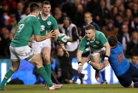 Ian Madigan offloads to Conor Murray
