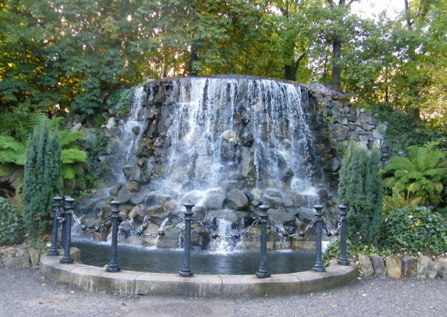 Waterfall_in_Iveagh_Gardens