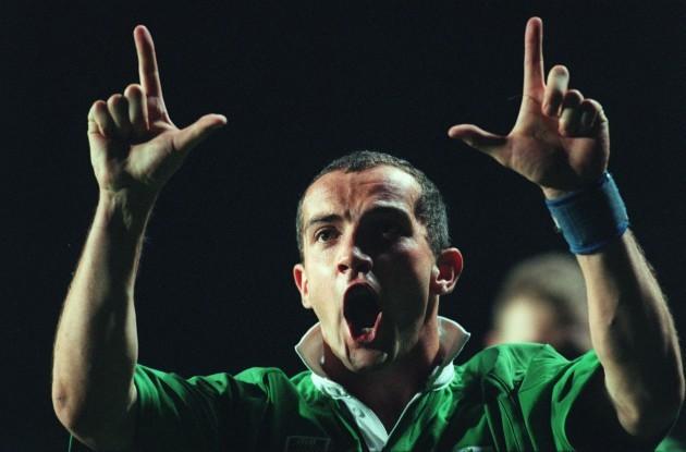 Conor O'Shea celebrates his try