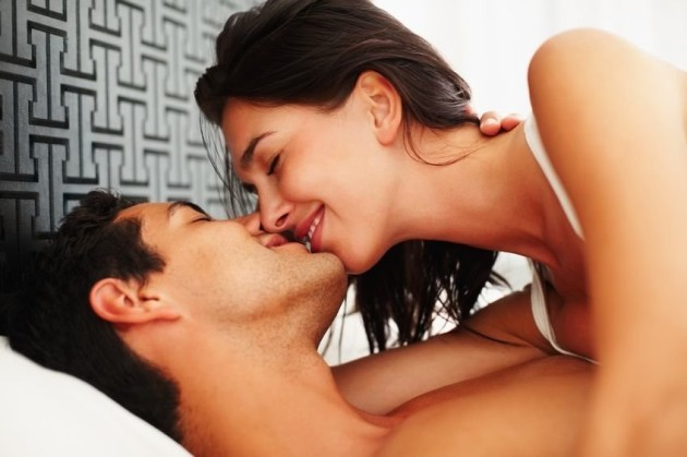 couple-kissing-in-bed